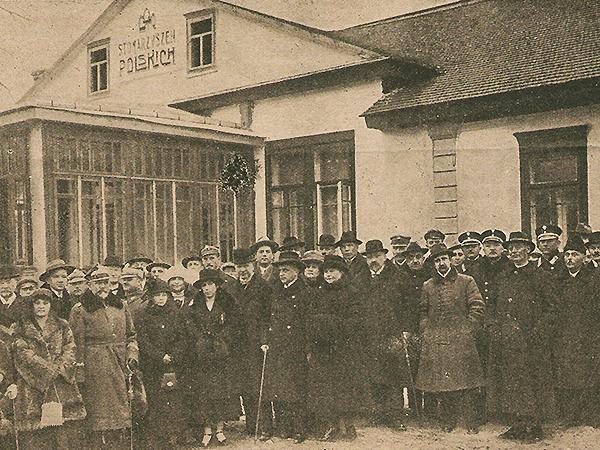 Bolesław Zieliński (stoi w środku obok pana z laską) w trakcie otwarcia Domu Stowarzyszeń Polskich w Łucku w listopadzie 1924 roku (Fot. z archiwum autorki)