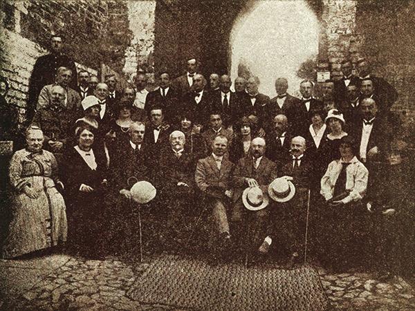 Pracownicy Magistratu miasta Łucka w latach 1924/1925. Pośrodku prezydent miasta Łucka dr Bolesław Zieliński (Fot. z archiwum autorki)