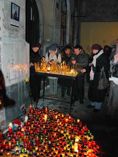 Modlitwa przed katedrą ormiańską (Fot. Konstanty Czawaga)