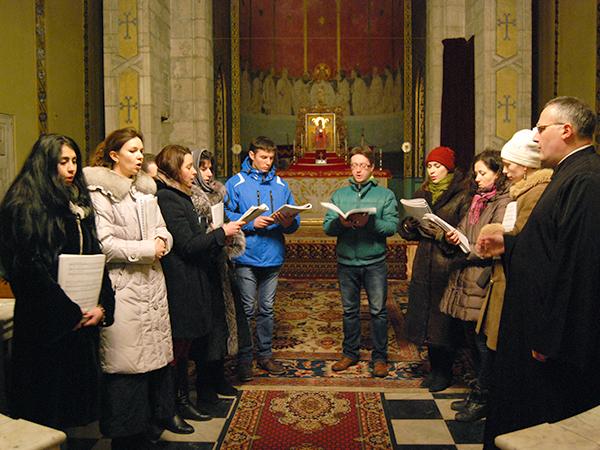 Modlitwa w katedrze ormiańskiej (Fot. Konstanty Czawaga)