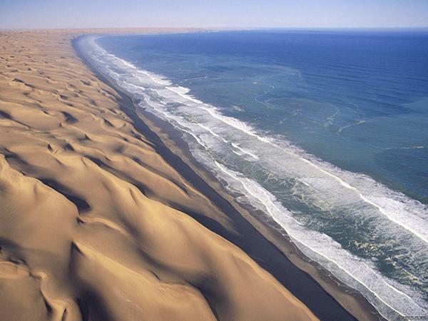 Wybrzeże Szkieletów. Jesteś tu między oceanem a pustynią (Fot. autocarhire.com)
