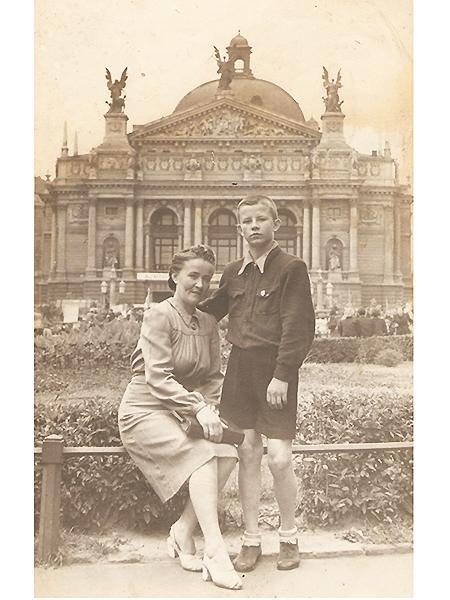 Przed gmachem lwowskiej opery Wiesław Podgórski z mamą Józefą (Fot z archiwum Wiesława Podgórskiego)