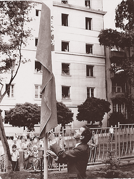 Podnoszenie flagi polskiej przy nowo otwartym konsulacie (Fot. z archiwum autora)