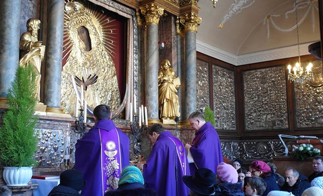 Salezjanin ks. Andrzej Baczyński odprawia mszę św. w kaplicy MB Ostrobramskiej (pierwszy od prawej) (Fot. Beata Kost)