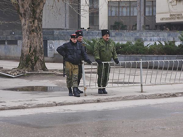 Kozacy koło Rady Najwyższej Krymu (Fot. Wojciech Jankowski)