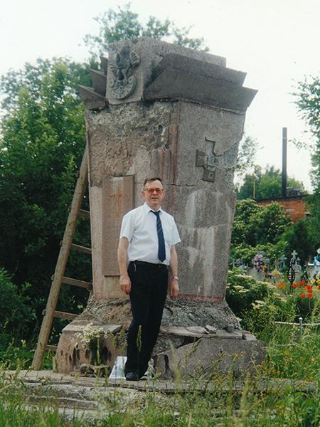 Pod pomnikiem legionistów na cmentarzu w Czortkowie (Fot. z archiwum Wincentego Dębickiego)