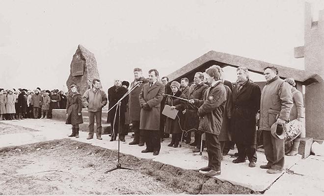 Rocznica zagłady wsi Huta Pieniacka, przy starym pomniku (Fot. z archiwum autora)