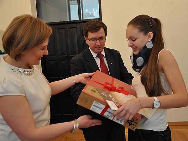 Konsul Jacek Żur i Barbara Pacan wręczają nagrodę zwyciężczyni grupy starszej Marianie Kosteckiej (Fot.Andrzej Leusz)