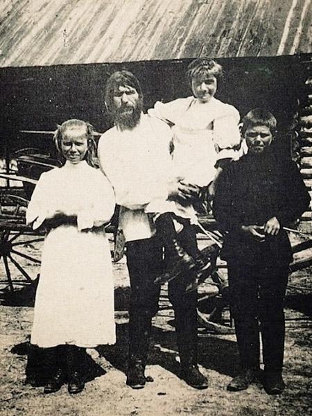 Rasputin z dziećmi na wsi. Na ręku trzyma Matrionę. Obok stoją Warwara i Dymitr (Fot. Wikipedia)