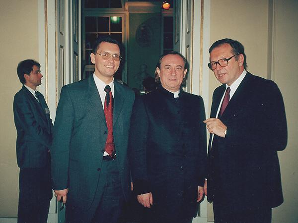 Wiaczesław Wojnarowskyj z Bohdanem Stupką i reżyserem Krzysztofem Zanussim, Warszawa 2001 r. (Fot. ze zbiorów autora wspomnień)