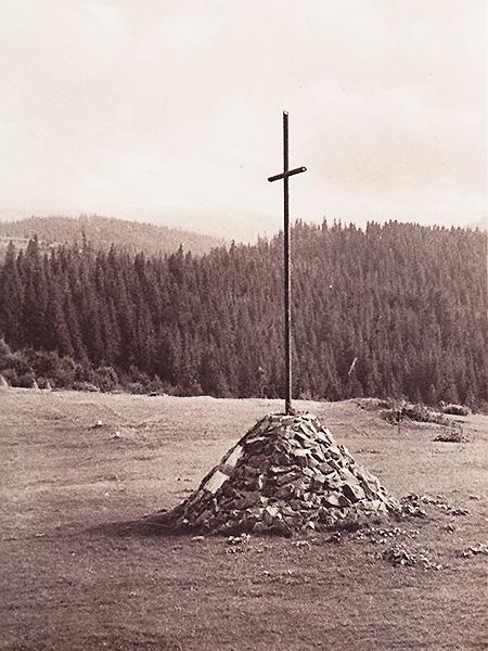 Krzyż Legionów na przełęczy Rogodze Wielkie