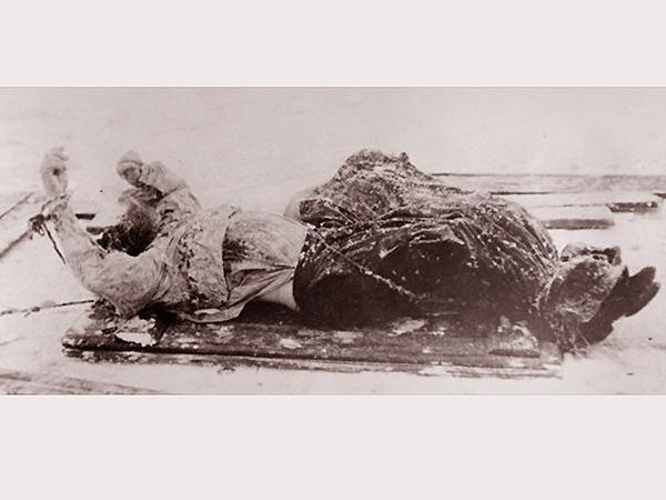 Zdjęcie wykonane przez petersburską policje. Trup Rasputina wydobyty spod lodu. Proszę zwrócić uwagę na wzniesione ręce nieboszczyka na których widać sznury wiążące go podczas tortur (Fot. Wikipedia)