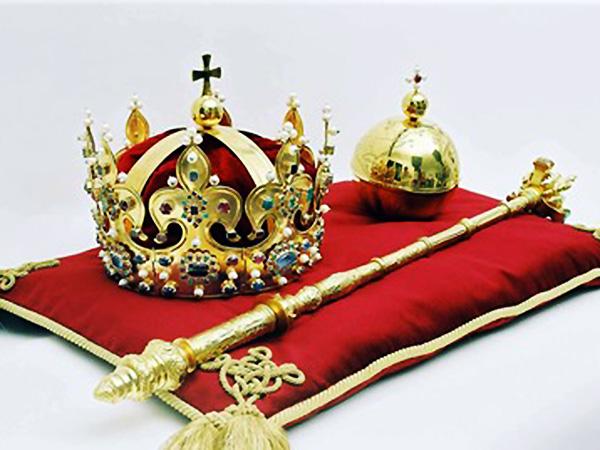 Odtworzone przez nowosądeckich złotników regalia królów polskich (Fot. tfi.iulotka.com.pl)