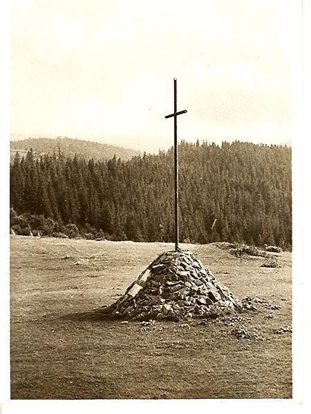 Krzyż na Przełęczy Legionów; pocztówka z 1938, fot. A. Lenkiewicz (Fot. ze zbioru Jana Skłodowskiego)