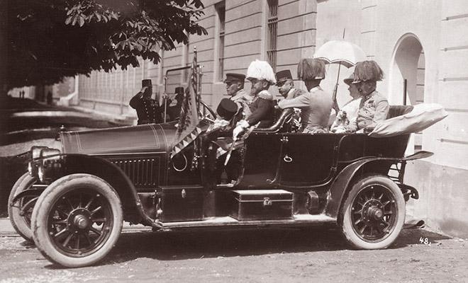 """Franciszek Ferdynand, Zofia, hrabia Harrach i gen. Potiorek w Sarajewie 28 czerwca1914 roku (Fot. z: Greg King, Sue Woolmans, """"Zabić arcyksięcia"""", Znak)"""