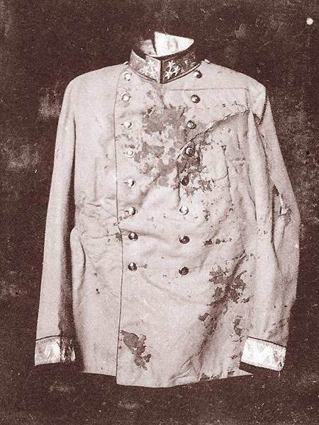 """Zakrwawiony mundur Franciszka Ferdynanda po zamachu w Sarajewie (Fot. z: Greg King, Sue Woolmans, """"Zabić arcyksięcia"""", Znak)"""