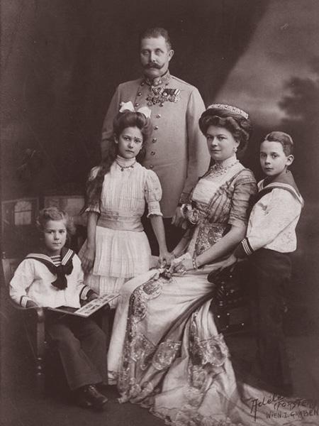 """Arcyksiążę wraz żoną i dziećmi (Fot. z: Greg King, Sue Woolmans, """"Zabić arcyksięcia"""", Znak)"""