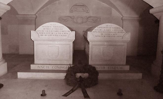 """Grobowce Franciszka Ferdynanda i Zofii w zamku w Artstten (Fot. z: Greg King, Sue Woolmans, """"Zabić arcyksięcia"""", Znak)"""