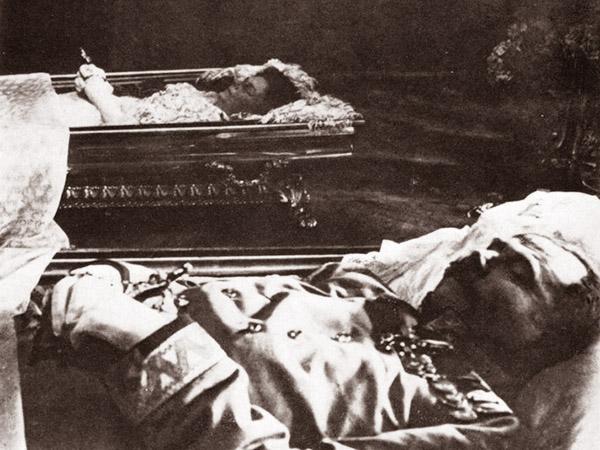 """Trumny z ciałami arcyksięcia i księżnej wystawione na widok publiczny w Konaku 29 czerwca 1914 roku (Fot. z: Greg King, Sue Woolmans, """"Zabić arcyksięcia"""", Znak)"""