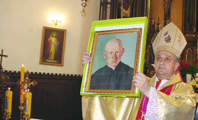 Biskup Leon Mały przekazał portret ks. Jana Szeteli jego krewnym z Polski (Fot. Konstanty Czawaga)