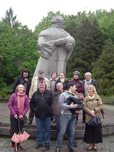 Pod pomnikiem Mikołaja Kopernika przy chorzowskim Planetarium (Fot. Krzysztof Szymański)