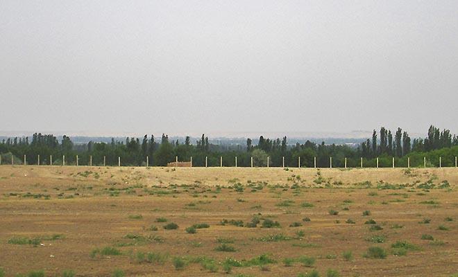 Płot oddzielający uzbecką enklawę od Kirgistanu (Fot. Maria Kowalska)
