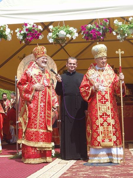 Biskup Milan Šášik i kardynał Jozef Tomko w szatach liturgicznych Kościoła Wschodniego (Fot. Konstanty Czawaga)