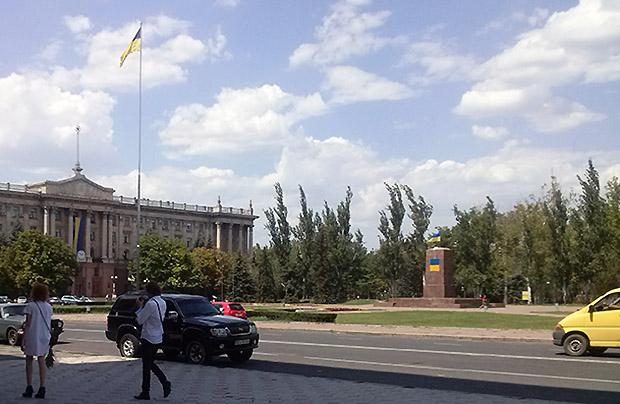 Postument już bez Lenina przed administracją obwodową w  Mikołajowie (Fot. Alina Wozijan)