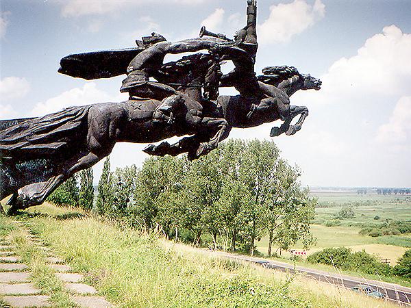 Pomnik Armii Konnej Budionnego, postawiony przez Sowietów przy trasie Lwów – Złoczów (Fot. Krzysztof Hufiec)