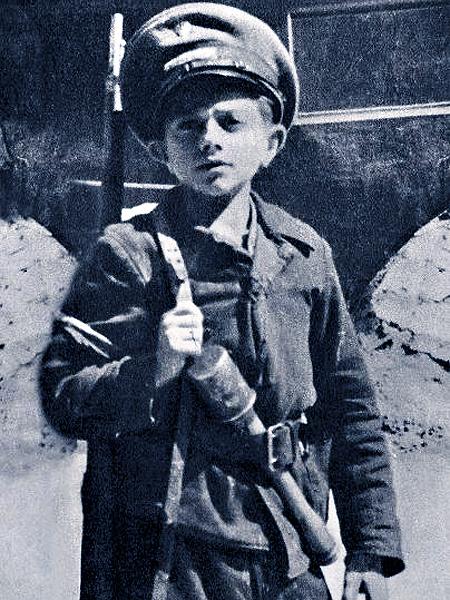 Zdjęcie często przedstawiane jako dowód na to, że dzieci w Powstaniu jednak walczyły (Fot. fakty.interia.pl)