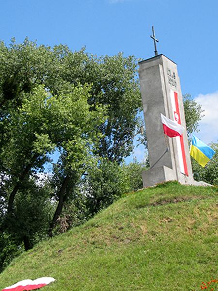 Kurhan i pomnik na miejscu bitwy (Fot. Julia Łokietko)