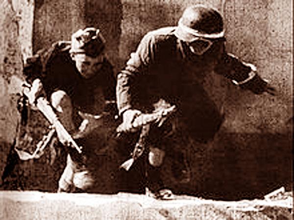 """To nie jest prawdziwe zdjęcie z Powstania. To jest kadr z filmu """"Zakazane piosenki"""", który ma pokazywać bohaterskie dzieci walczące z Niemcami (Fot. pl.wikipedia.org)"""