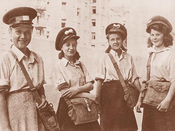 Druhny ubrane już w piękne czapki służbowe również pracują jako listonoszki (Fot. en.wikipedia.org)