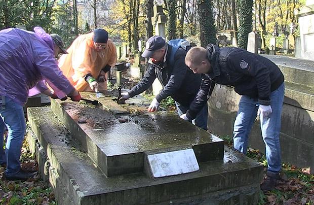 Dziennikarze z Rzeszowa porządkują groby dziennikarzy lwowskich na Cmentarzu Łyczakowskim