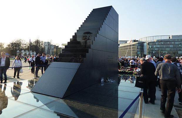 W Warszawie odsłonięto Pomnik Ofiar Katastrofy Smoleńskiej