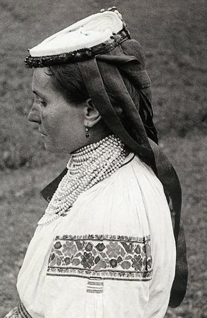 Kobiece nakrycia głowy w stroju ludowym Bojków. Część 1