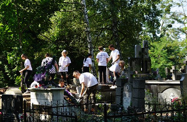 Młodzież lwowska porządkuje Cmentarz Janowski