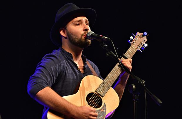 Chłopak z gitarą, piosenki z tekstem – wywiad z Jakubem Zuckermanem