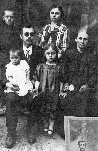 W domu była duża biblioteka. W 1937 dziadka rozstrzelano za posiadanie polskich książek, ocalały tyko modlitewniki