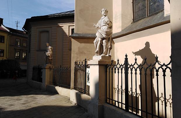 Odnowione rzeźby Apostołów przy katedrze lwowskiej