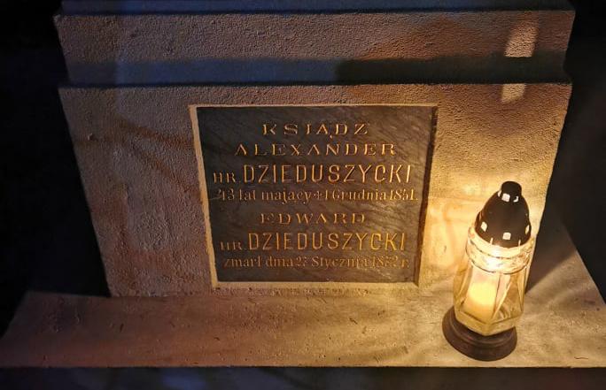 Nagrobki Dzieduszyckich na Cmentarzu Łyczakowskim odzyskują dawną świetność