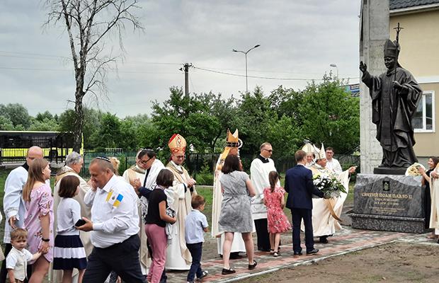 Pomnik św. Jana Pawła II w Sokolnikach koło Lwowa