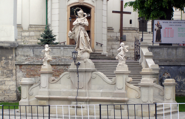 Poświęcenie odnowionej figury Matki Bożej Niepokalanej przed kościołem pw. św. Antoniego