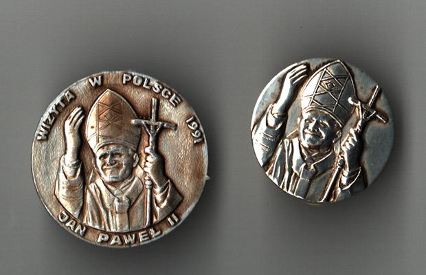 Lwowskie medale i znaczki na wizytę Jana Pawła II do Lubaczowa