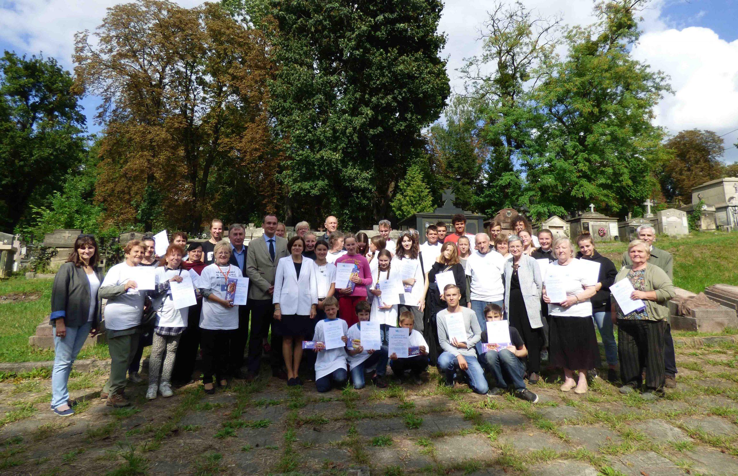 Lwowscy wolontariusze porządkują Cmentarz Janowski