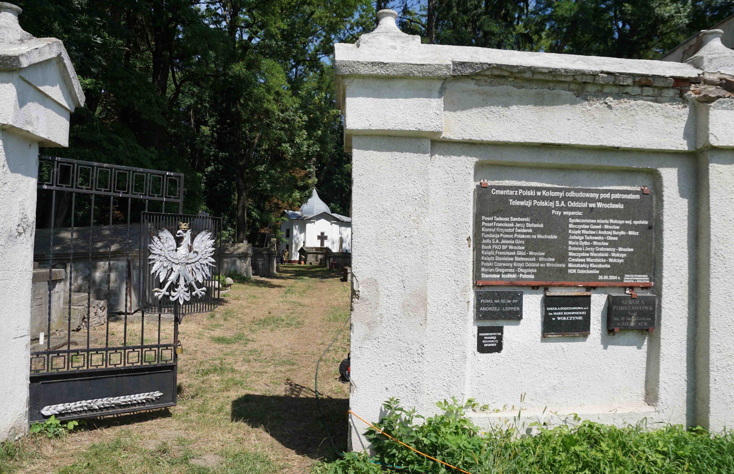 Wolontariusze z Polski porządkują dawny cmentarz w Kołomyi