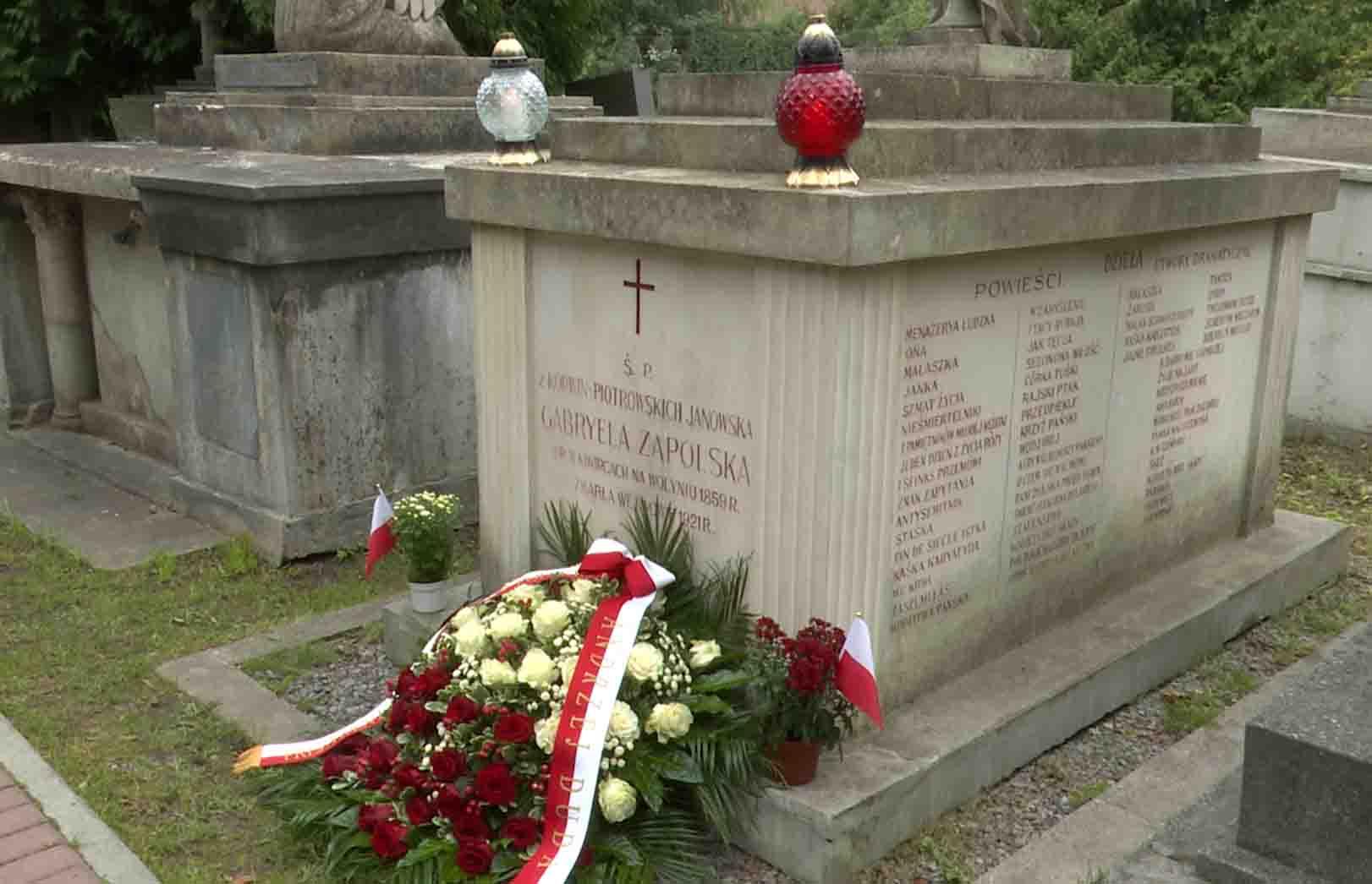Złożenie kwiatów przy grobie Gabrieli Zapolskiej w Dniu Narodowego Czytania